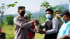 Menjaga lingkungan Polres Semarang tanam pohon